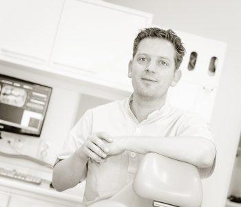 Martijn Frenken als tandarts aan het werk